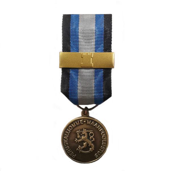 Maanpuolustusmitali kultaisella soljella